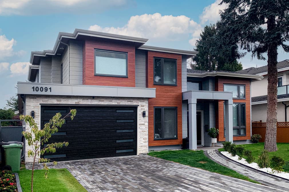 Siding contractors in Vancouver - working with siding planks, panels, shingles